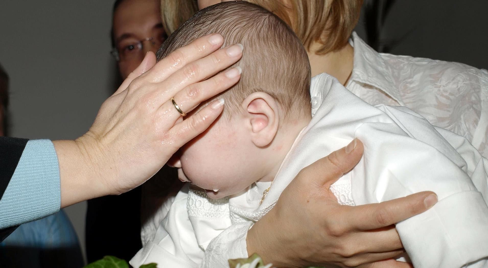 Baby bei der Taufe